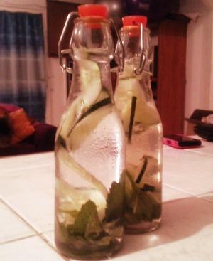 Como preparar agua saborizada detox